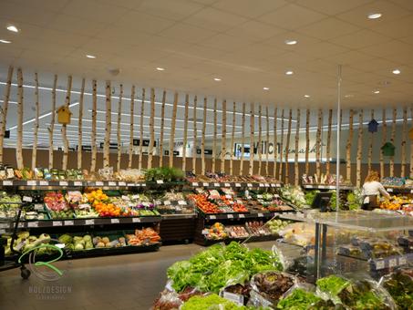Individuelle Ladeneinrichtung für Obst- & Gemüseabteilung, Birkenstämmen rahmen die Obst- & Gemüseabteilung,