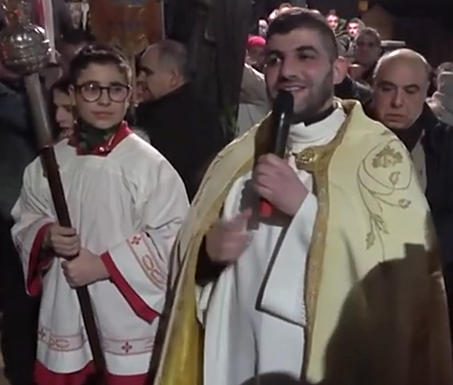 Il prete benedice tutti i partecipanti, Lodè 2018