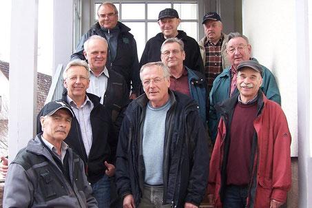 Die Schaffigen Rentner im Anfangsjahr. Gruppenfoto auf der Treppe zum Alten Schulhaus.