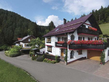 Das Stammhaus (rechts) mit Landhaus (links)
