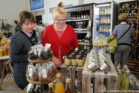 Neben vielen neuen Produkten konnte man auch den Menschen in der Blumenwerkstatt zusehen.