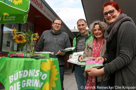 Der Infostand der Grünen am Osthofener Bahnhof.