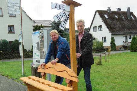 Dirk Weller und Helmut Keßler stellten die Mitfahrer-Bank in Wingeshausen gemeinsam auf. Wer hier Platz nimmt, kann aus vier Reisezielen auswählen: Aue, Bad Berleburg, Erndtebrück und Schmallenberg.
