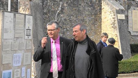 Mars 2017 : à gauche, Ronan Léaustic découvre pour la première fois le mur de mémoire vivante en compagnie de Bruno Lahouati.