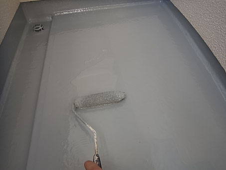 熊本市K様家のベランダ床防水塗替えをローラーにて塗り込んでいます。