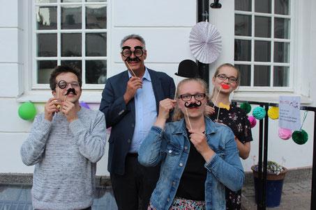 Marius Retka, P.Philip Geister, Stephanie Jarvers und Maria Korten beim Semesterabschlussfest am Newman-Institut