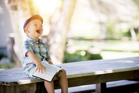 Pédagogie Montessori enfant heureux