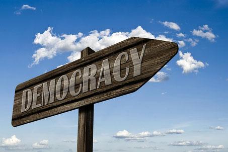 Wegschild Demokratie