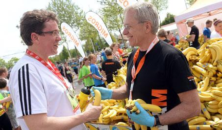 SVP-Nationalrat Albert Rösti, links mit hochrotem Kopf, nimmt die Banane gerne entgegen.