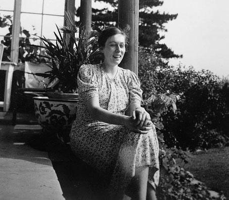Freya von Moltke auf der Veranda des Berghauses in Kreisau, 1932 ©Foto Familie von Moltke