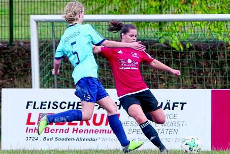 Einsatz: Für den Führungstreffer der TSG Kammerbach gegen Großenenglis II sorgte Lucia Langefeld (rechts) mit einer verunglückten Flanke. Foto: Per Schröter