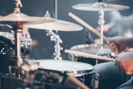 Mann nimmt Schlagzeugunterricht München Schwabing