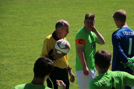 Schiedsrichter Imelmann vor dem Spiel