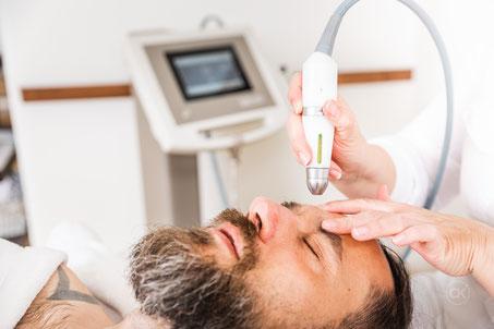 Die Behandlung mit dem Applikator ist angenehm kühl und erfrischend. Selbst bei der empfindlichen Augenpartie ist es nicht unangenehem.  Bild: Chris Krebs