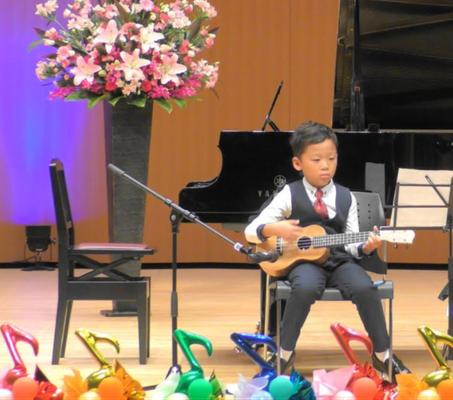 森充ギター教室で年長さんからスタートしたウクレレ弾きの男の子、1年生の夏、堂々と舞台に☆