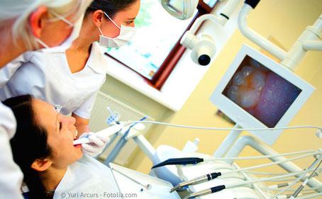 Mit der Intraoral-Kamera können wir Ihnen Ihre Zähne auf dem Monitor zeigen.