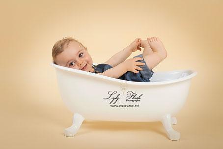 photo bébé tendance dans une baignoire Arthur photographe  carnoules