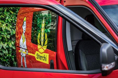Lieferservice Bäckerei Sterchi. Lieferwagen mit Logo Bäckerei Sterchi.