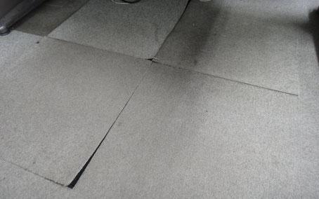 【作業前】めくれ上がったタイルカーペット