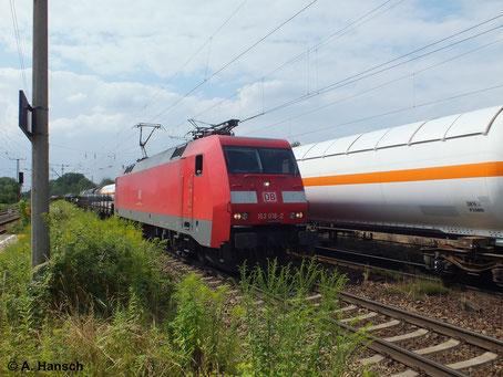 Am 16. Juli 2014 kreuzt 152 016-2 mit ihrem Güterzug einen weiteren Güterzug in Leipzig-Thekla