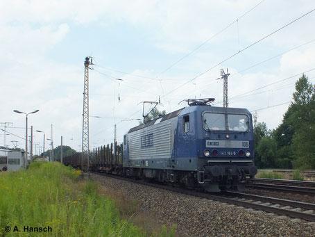Selten sieht man die RBH 143er auch einzeln vor Güterzügen. Am 16. Juli 2014 zieht 143 186-5 (RBH 105) einen Leerzug aus Rungenwagen durch Leipzig-Thekla
