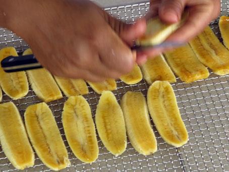 Vorbereitung der Bananen für den Wärmepumpentrockner