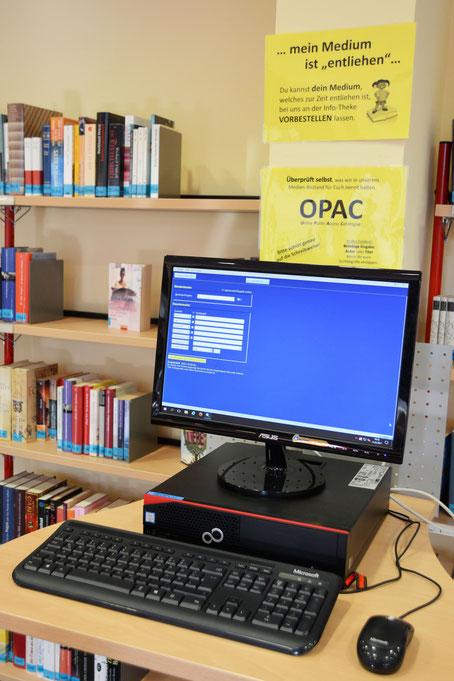 Auch der OPAC-Rechner (OPAC heißt Online Public Access Calalogue) ist wieder in Betrieb. Hier könnt Ihr selbständig nach allen Medien suchen, die wir im Bestand haben!