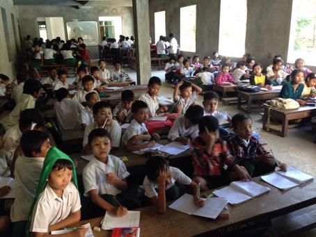 (写真上:ある教室の様子。窓ガラス購入費がないため、窓ガラスははまっていない)