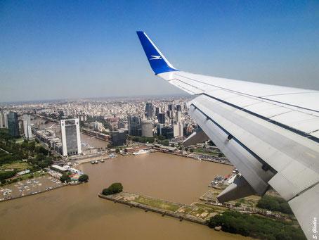 Flugzeug über dem Fluss in Buenos Aires