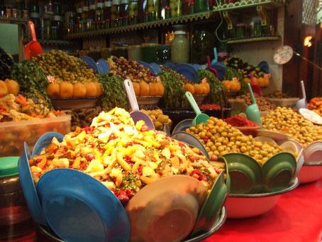 モロッコのオリーブやさん、味の種類がいっぱい。モロッコ人お母さんは日本の自家製「梅干し」みたいに、家庭で自分で「オリーブ」を味付けするんですよ♪