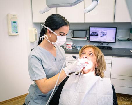 Sicheres Gefühl mit gepflegten Zähnen und frischem Atem: Professionelle Zahnreinigung! (© Gina Sanders - Fotolia.com)