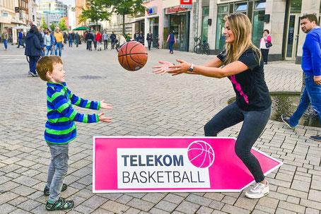 SignSpinnerin spielt mit einem Kind im Zuge einer Werbekampagne.