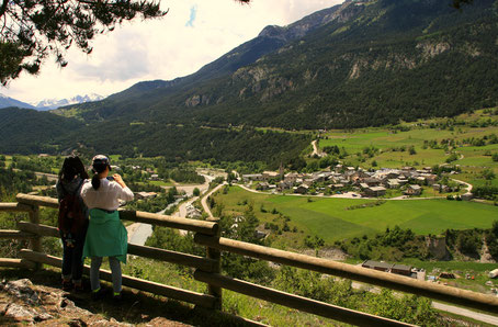 Vue sur le village de Sollières Sardières depuis le belvédère de la grotte des Balmes