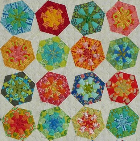 Aylin Star Dresdenflowergarden kombiniert mit Kaleidoskopen und Quadraten - wird der Konfirmationsquilt für meine Nichte. Hätte auch ein EPP New Hexagon/Variahex Quilt werden können. Aus 4 Jelly Rolls genäht: Malka Dubrawsky/Lily Ashbury von Moda