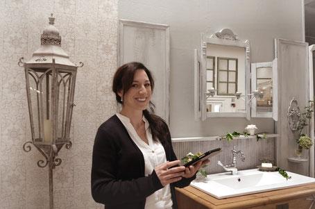 Sandra in der Ausstellung von Land & Liebe