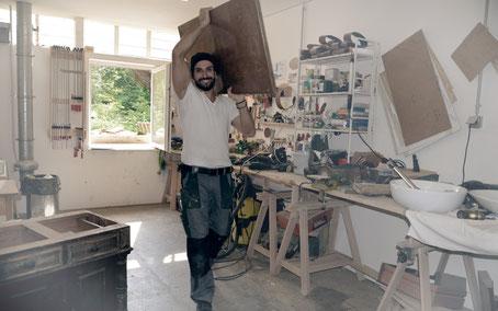 Gürkan in der Waschtisch-Tischlerei von Land & Liebe Badmöbel Landhaus