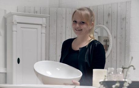 Melanie bei der Waschtisch-Beratung von Land & Liebe Badmöbel Landhaus be Badmöbel Landhaus Waschtisch-Beratung