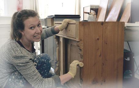Vera in der Manufaktur von Land & Liebe Badmöbel Landhaus