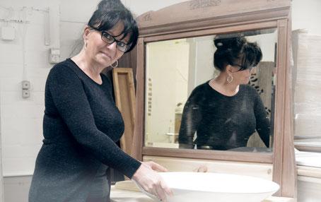Sandra in der Ausstellung von Land & Liebe Badmöbel Landhaus