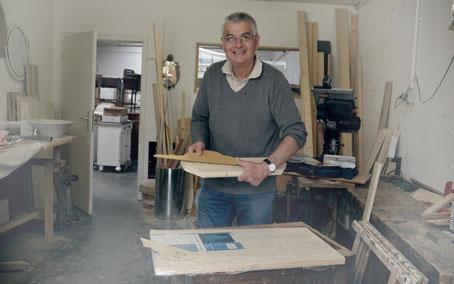 Frank in der Waschtisch-Tischlerei von Land & Liebe Badmöbel Landhaus
