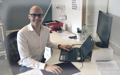 Nicolas im Büro von Land & Liebe Badmöbel Landhaus