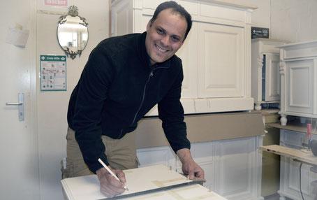 Filip in der Waschtisch-Tischlerei von Land & Liebe Badmöbel Landhaus