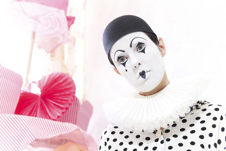 Model Ravienne Art als Pierrot / trauriger Clown