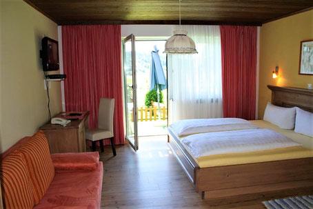 Doppelbettzimmer mit Blick auf Terrasse