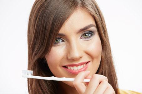 Die Professionelle Zahnreinigung (PZR) schützt Zähne und Zahnfleisch und hält den Atem frisch