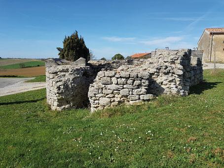 Ruines de l'une des tours du château de Beauville