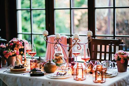 Ambiance romantique pour cette décoration aux tonalités cuivrées avec quelques touches de rose ça et là. Crédit photo : Pixabay©kaboompics