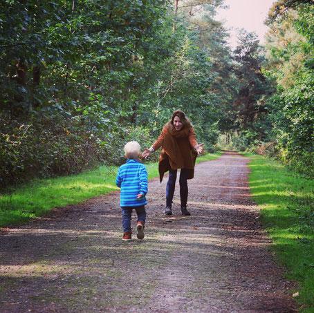 Ein Waldspaziergang - das Rabenkind läuft in Mama's Arme