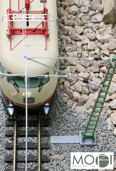 Die Oberleitung für die Gartenbahn von MOFI mit der optionalen Masthalterung für eine einfache Installation.