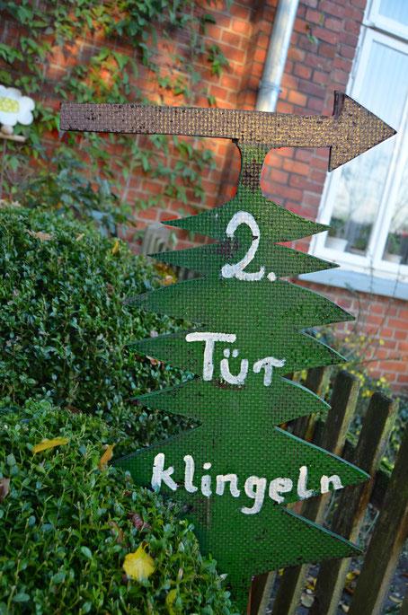 Das grüne Weihnachtsbaumschild aus Holz zeigt, wo ihr eure selbst gesägten Weihnachtsbäume aus natürlichem, schadstofffreiem Anbau und mit hoher Qualität frisch abholen könnt